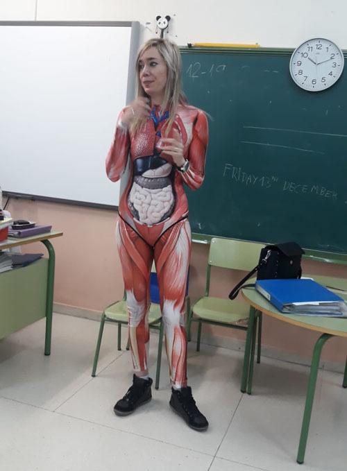Bộ đồ giải phẫu khiến một số học sinh thích thú, một số khác hoảng sợ.