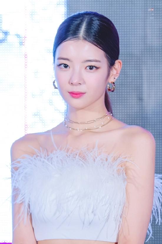 Girlgroup tân binh nhà JYPvừa tổ chức thành công buổi diễnPremiere Showcase Tour ITZY? ITZY! tại Bangkok, Thái Lan. Trong các thành viên, Lia gây chú ý bởi ngoại hình nổi bật. Nhan sắc của Lia trở thành chủ đề gây xôn xao diễn đàn Instiz.