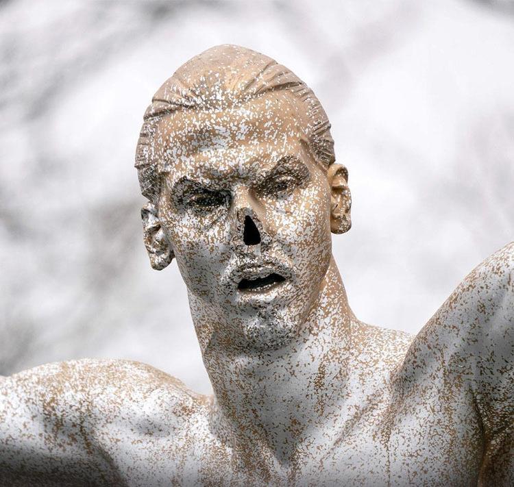Bức tượng bán khỏa thân hình Ibrahimovic bị cắt mũi.