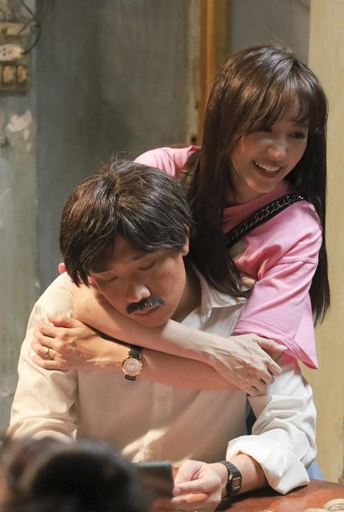Hari Won đến thăm Trấn Thành khi quay phim.