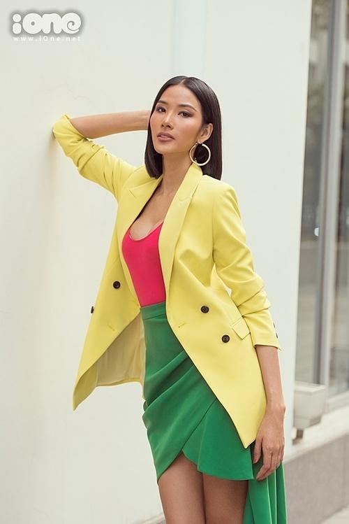 Trong 10 ngày tham dự Miss Universe, Hoàng Thùy phải thức dậy từ 4h sáng và kết thúc một ngày vào 11h đêm. Cô cho biết bản thân luôn tập trung cao độ, không cho phép mình sai sót trong bất kỳ tình huống nào bởi 90 thí sinh ai cũng xuất sắc.