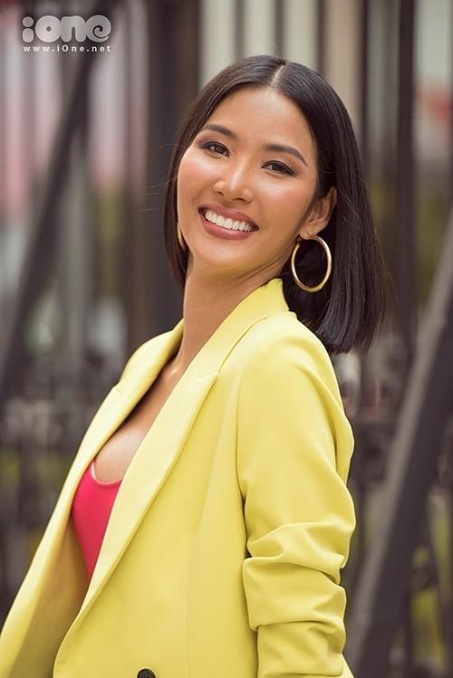 Hoàng Thùy có chút tiếc nuối vì không được vào sâu hơn Top 20 để hai tiếng Việt Nam được tiếp tục vang lên. Tuy nhiên, cô nhìn nhận có nhiều vấn đề không thể cố gắng một mình. Người đẹp tin mỗi người sẽ có một sứ mệnh và có thể đang có một sứ mệnh khác chờ cô phía trước.