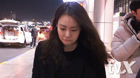 Seung Yeon bật khóc từ lúc xuống xe.