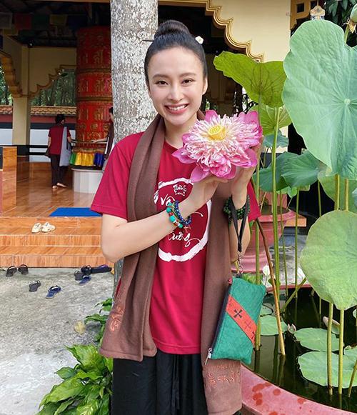 Angela Phương Trinh được khen rạng ngời không kém đóa sen dù ăn mặc giản dị.
