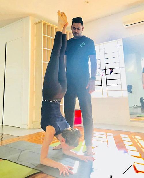 Hà Hồ tập yoga cùng huấn luyện viên cá nhân từ sáng sớm.