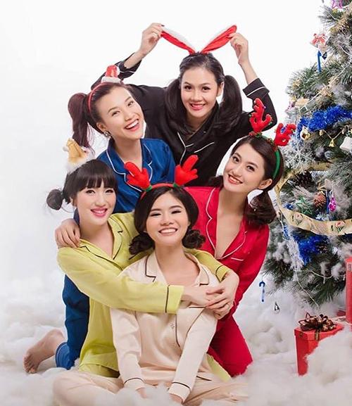 Hoàng Oanh chụp ảnh đón Noel rất công phu cùng hội bạn thân.