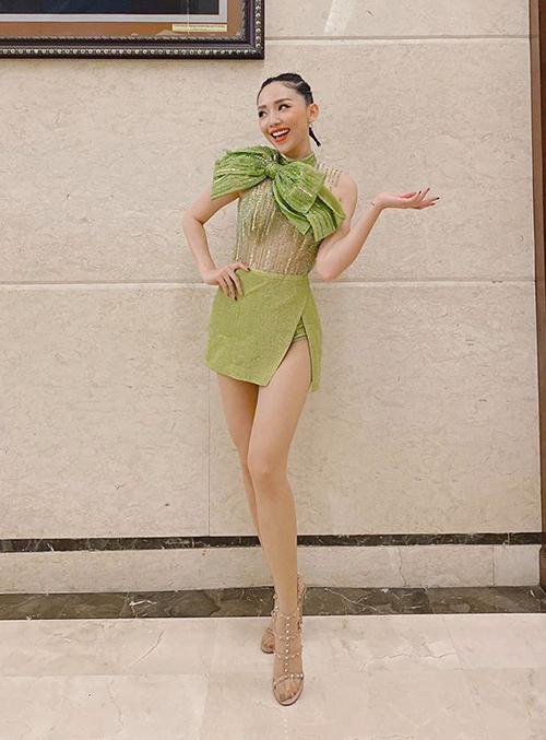 Tóc Tiên ăn vận như một cây thông Noel khi đi diễn ngày lễ.