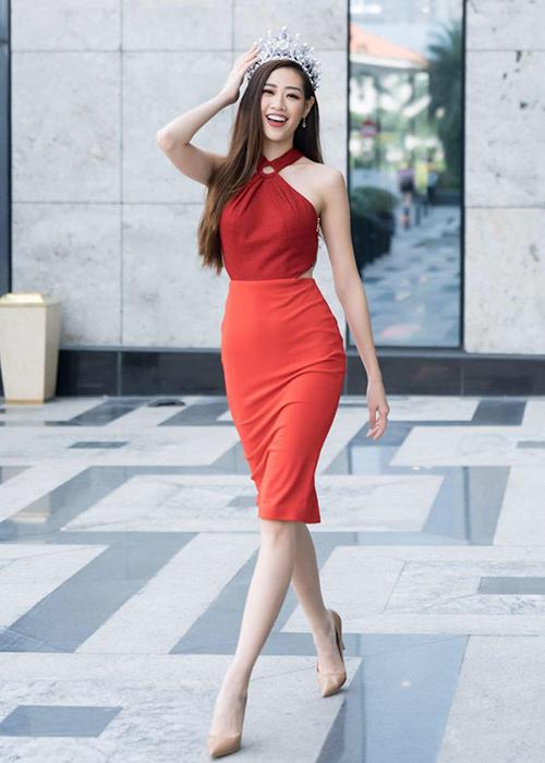 Có chiều cao 1,75 m cùng đôi chân thon dài, Hoa hậu Hoàn vũ Việt Nam 2019 Khánh Vân vẫn ưu tiên những dáng giày cơ bản, màu sắc trung tính để vóc dáng thêm cao ráo. Từ khi đăng quang đến nay, người đẹp hầu như trung thành với đôi cao gót màu nude, được cô diện trong mọi hoạt động.