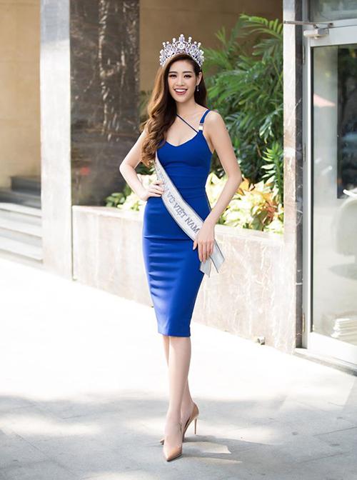 Kiểu giày của Khánh Vân có thiết kế mũi nhọn đặc biệt hack chân, bên cạnh đó chiều cao 9 cm giúp cô tôn dáng hiệu quả nhưng không bị chênh vênh khi bước đi.