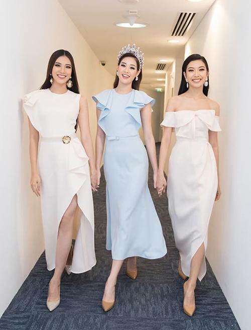 Lựa chọn của Khánh Vân cũng giống top 3 Hoa hậu Hoàn vũ Việt Nam 2019. Các người đẹp đều ưu ái mẫu giày tông nude giúp kéo dài chân hiệu quả.