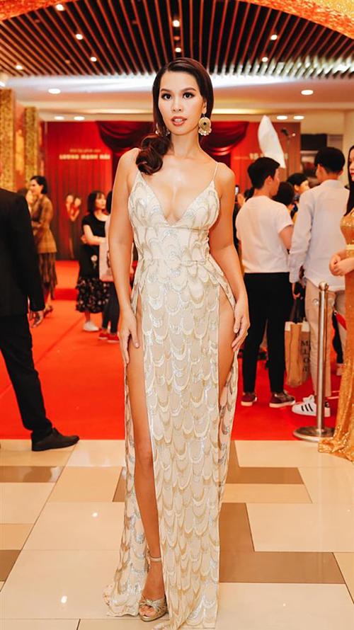 Tham dự sự kiện, Hà Anh thu hút báo chí truyền thông khi diện chiếc đầm xẻ quá hông cực kỳ quyến rũ. Tuy nhiên, chính vì chiếc đầm có chi tiết cắt xẻ quá táo bạo nên trong một vài khoảnh khắc, thiết kế này đã phản chủ, khiến người đẹp gần như lộ hàng trên thảm đỏ.