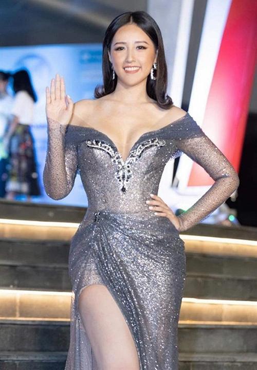 Tham dự đêm chung kết Miss World Vietnam 2019, Mai Phương Thúy khoe dáng trong bộ váy trễ nải, o ép vòng một.