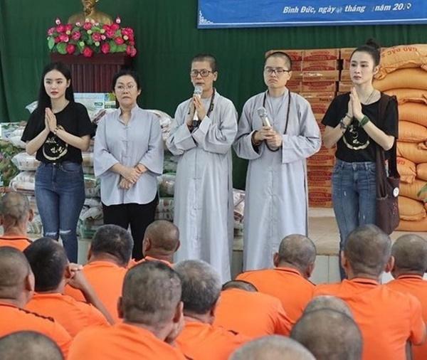 Angela Phương Trinh (bìa phải) và em gái Phương Trang (bìa trái) lên chùa, làm từ thiện dịp Noel.