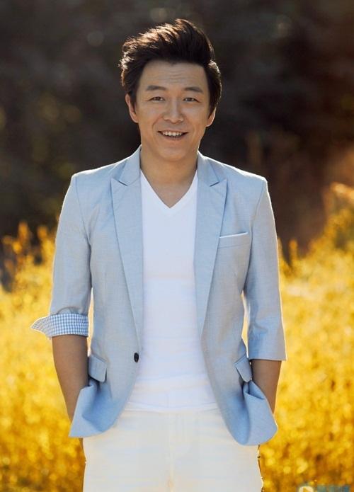 Huỳnh Bột là diễn viên thực lực tiếng tăm ở Trung Quốc. Năm 2019, anh góp mặt   trong nhiều tác phẩm điện ảnh như Băng chi hạ (The Conformist), Người ngoài   hành tinh điên cuồng (Crazy Alien), Tôi và tổ quốc tôi, Người bị ánh sáng bắt đi   (Gone with the Light).