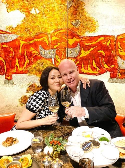 Thu Minh và chồng Tây hẹn hò dịp Giáng sinh. Họ uống rượu vang, thưởng thức món ăn châu Âu được trang trí đẹp mắt.