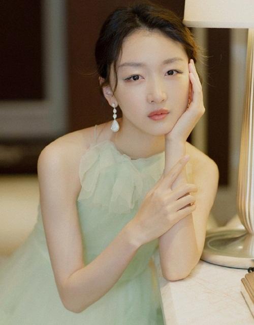Châu Đông Vũ đang là gương mặt điện ảnh được yêu thích hàng đầu Trung Quốc   sau bộ phim Em của thời niên thiếu. Diễn xuất thực lực của ảnh hậu Kim Mã được   chứng minh trong tác phẩm gây bão về đề tài bạo lực học đường. Hồi đầu năm,   cô đóng chính trong phim truyền hình Vua sau màn (Behind the scenes) cùng La   Tấn.