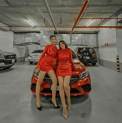 Siêu mẫu Quỳnh Hoa cùng bạn thân mặc trang phục đỏ gợi cảm đi dự tiệc Noel.