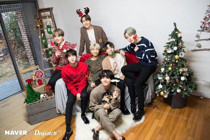 BTS khoe visual rạng rỡ trong bộ hình chụp cùng Dispatch. Chú cún Yeontan của V là nhân vật đặc biệt thu hút sự chú ý trong bộ ảnh Giáng sinh.