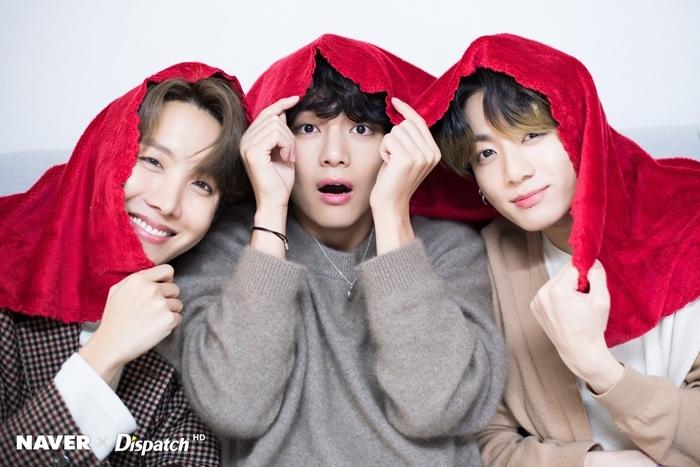 J-Hope, V và Jung Kook diện trang phục có tông màu ấm áp.
