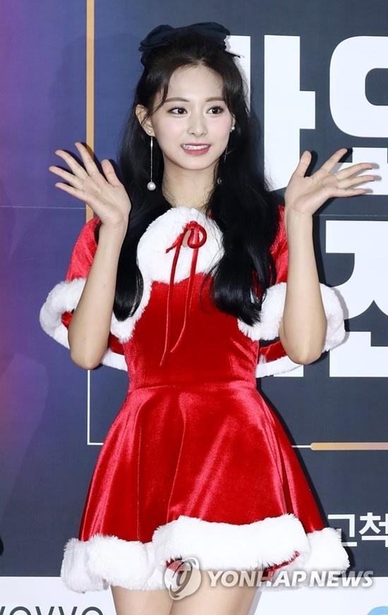 Một số bình luận về Tzuyu trên Naver:Cô ấy xinh đẹp như búp bê vậy; Visual của Tzuyu hôm nay đỉnh quá. Không thể rời mắt khỏi cô ấy; Tzuyu rất hợp với màu son đỏ và bộ váy Santa. Lộng lẫy nhất hôm nay...