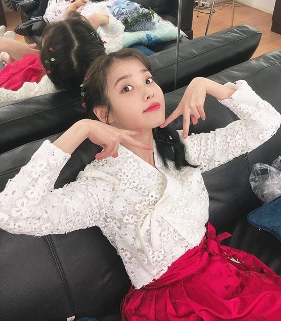 IU đáng yêu trong hậu trường concert tối qua. Cô nàng đón Giáng sinh cùng hàng chục nghìn người hâm mộ.