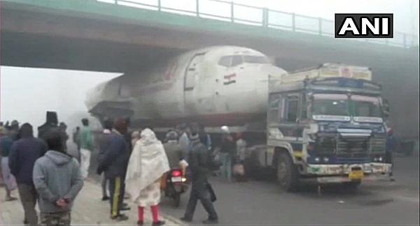 Máy bay Ấn Độ mắc kẹt ở gầm cầu vượt - 2