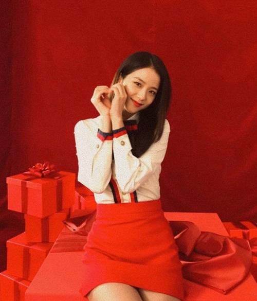 Ji Soo bắn tim tặng các fan.