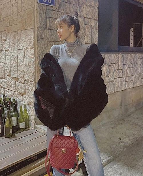 Lisa lên đồ street style sành điệu đi chơi Giáng sinh, tạo dáng như người mẫu trên phố.
