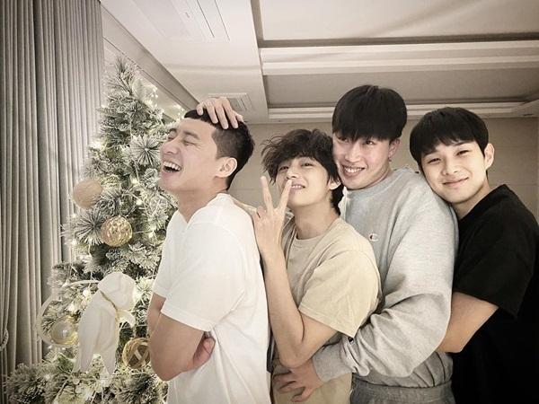Park Seo Joon (bìa trái) đăng ảnh tụ tập dịp Giáng sinh cùng hội bạn thân, trong đó có V (BTS).