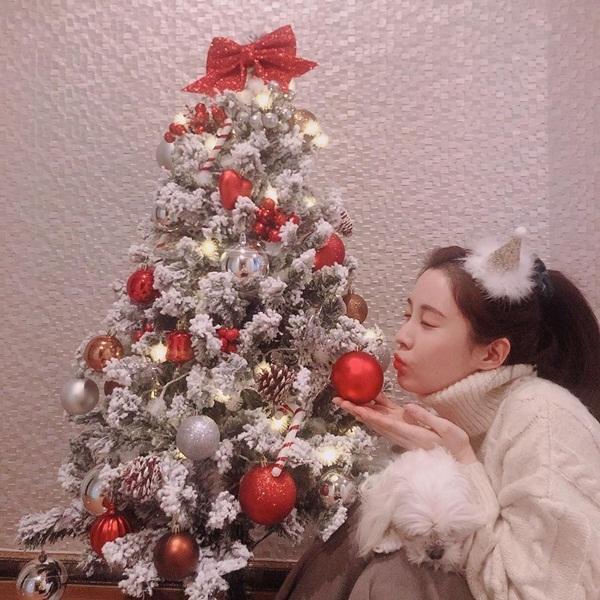 Seo Hyun ở nhà đón Giáng sinh với cún cưng.
