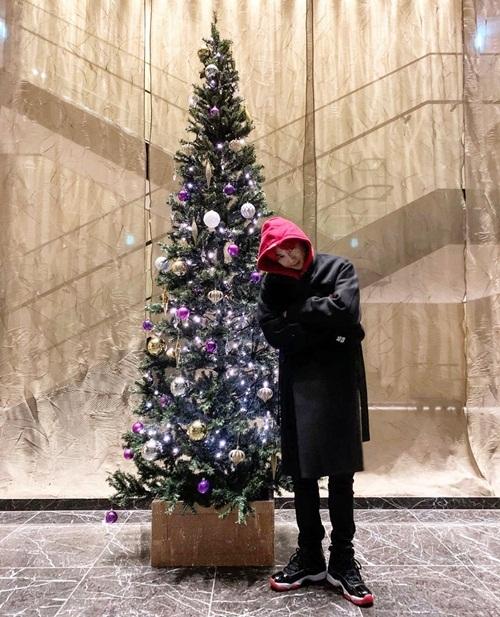 Su Ho tạo dáng bên cây thông Noel.