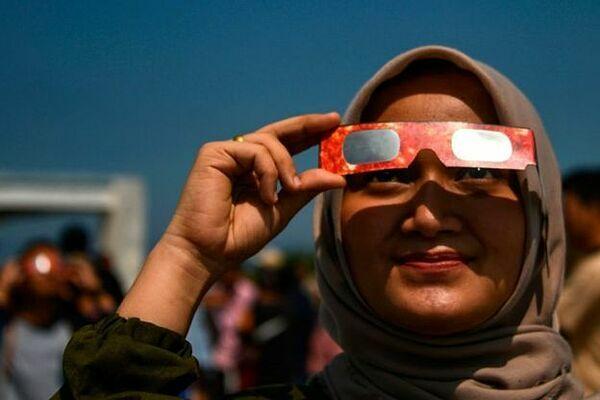 Một cư dân thành phố Banda Aceh quan sát nhật thực. Ảnh: BBC.