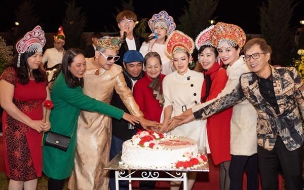 Lý Nhã Kỳ cùng mẹ và các khách mời cắt bánh trong bữa tiệc.