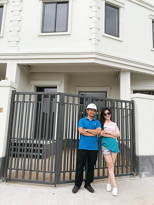 Hương Tràm tậu căn hộ có giá 20 tỷ đồng tặng người thân trước khi sang Mỹ du học. Nữ ca sĩ cho biết căn nhà sẽ là nơi để cô về Việt Nam, tận hưởng thời gian nghỉ ngơi bên gia đình. Diện tích căn nhà không quá lớn nhưng đều được Hương Trầm đầu tư tỉ mỉ, cẩn thận.
