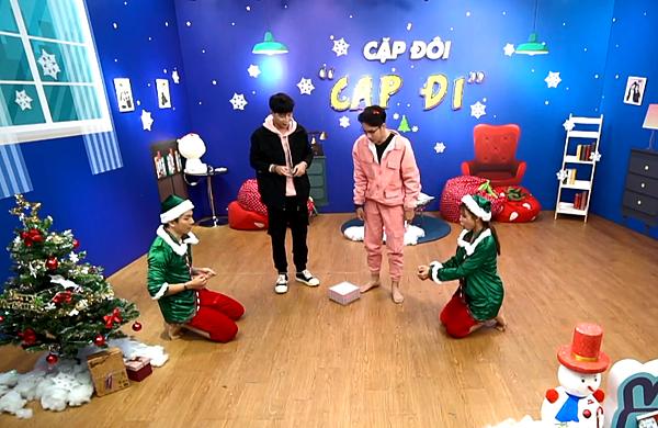 Game 2: Thử thách kẹo gậy mỗi đội cử ra 1 thành viên, bịt mắt đi vòng tìm kẹo gây theo chỉ dẫn của thành viên còn lại. Móc vào cái sợi dây dài