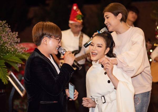 Pha Lê (phải) cùng Đại Nghĩa hát trong bữa tiệc.