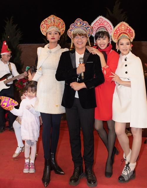 Diễn viên Quỳnh Hoa (váy đỏ) đội mũ đầy màu sắc do MC Thanh Bạch chuẩn bị để vui cùng Lý Nhã Kỳ và các đồng nghiệp.