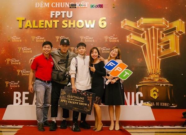 Dương có khá nhiều cơ hội để tham gia các chương trình, hoạt động ngoại khóa tại trường, giúp cậu bổ sung thêm nhiều giải thưởng mới vào bảng thành tích.