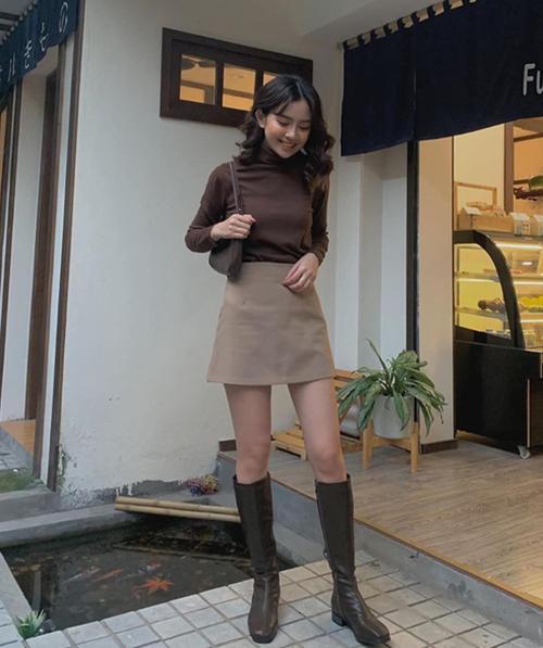 Áo len cổ lọ dáng ôm đi kèm quần jeans, chân váy giúp các cô gái trông quyến rũ, cá tính mà không cần kết hợp cầu kỳ.