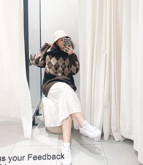 Áo len họa tiết có khả năng hack tuổi hiệu quả, dễ dàng kết hợp với các kiểu chân váy/quần trơn màu.
