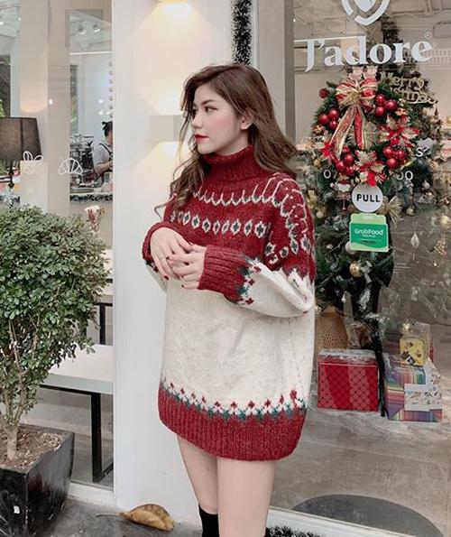 Áo len họa tiết chưa bao giờ hạ nhiệt, đặc biệt là trong những dịp Giáng sinh hay đón năm mới. Các kiểu họa tiết rực rỡ màu sắc giúp vẻ ngoài của các cô gái như sáng bừng.
