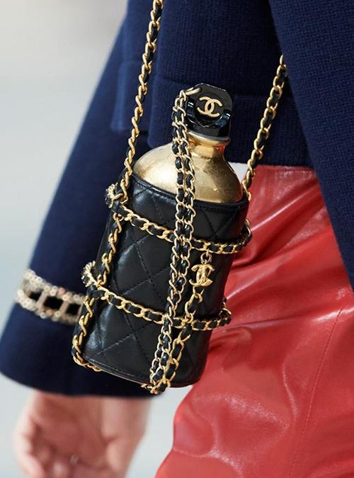 Thiết kế được bày bán trên trang của hãng với mức giá hơn 5.000 USD. Theo chia sẻ của nhà mốt Pháp, mẫu phụ kiện gây ấn tượng nhờ tông ánh kim cùng nút vặn in logo thương hiệu và lớp bao da bên ngoài cùng dây xích mạ vàng