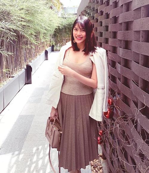 Sau khi lập gia đình và sinh con, Lan Khuê có cuộc sống sang chảnh. Hơn một tháng sau khi sinh em bé, Hoa khôi đã lấy lại vóc dáng thon gọn, lối ăn mặc của cô cũng đẹp mắt hơn xưa.