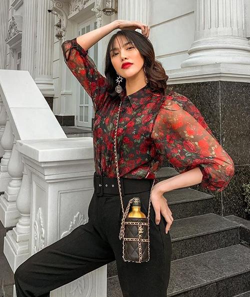 Trong bức hình street style mới, Lan Khuê khoe phong cách sành điệu. Điểm nhấn trên bộ cánh của côlà chiếc bình đựng nước được cách điệu thành túi xách, nằm trong BST Chanel Cruise 2020.