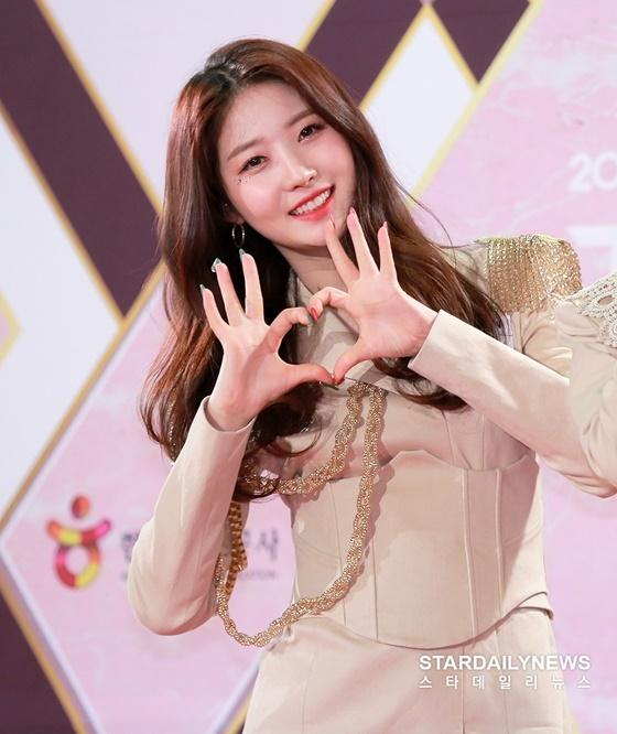 Si Hyeon đáng yêu tạo trái tim trước ống kính của phóng viên.