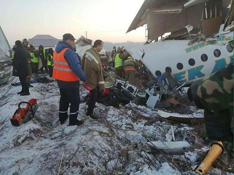 Hiện trường vụ rơi máy bay ở  Kazakhstan. Ảnh: NYtimes.