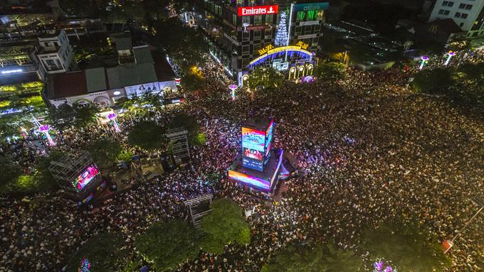 <p> Lễ hội ánh sáng diễn ra trong đêm giao thừa chào đón 2019 trên phố đi bộ Nguyễn Huệ. Hàng chục nghìn người người đổ về đây để cùng hòa mình vào không gian sôi động và đếm ngược trong thời khắc chào năm mới.</p>