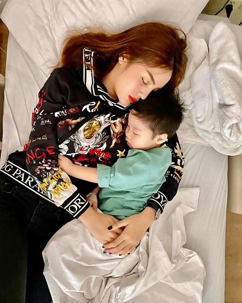 Kỳ Duyên ôm cháu trai ngủ ngon lành khi vào viện thăm cậu nhóc.