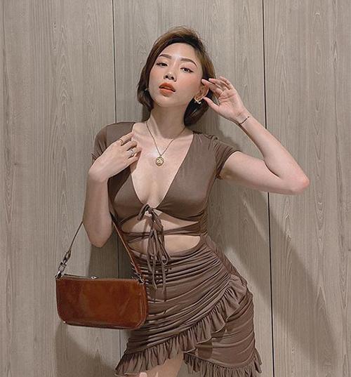 Tóc Tiên không mặc nội y khi diện bộ váy cắt khoét táo bạo.