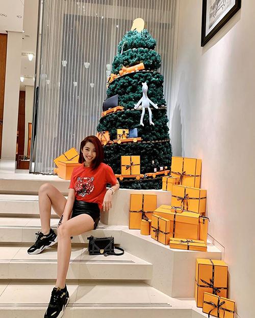 Thúy Ngân dành nhiều thời gian đi mua sắm trong chuyến du lịch Singapore.